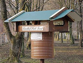 Vogelhäuschen Friedhof März 2011